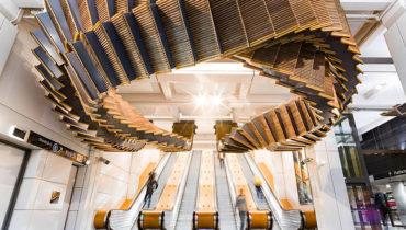 八十歲的木扶梯 變身地下鐵車站的時光藝術